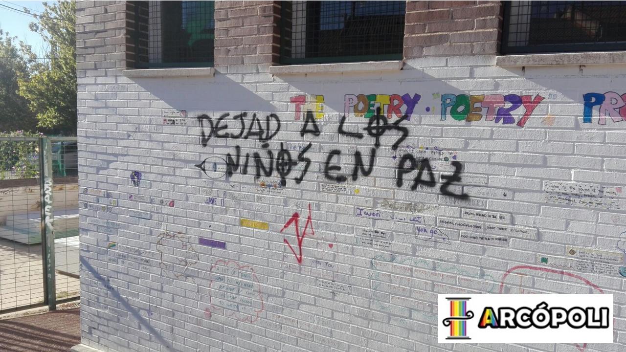Pintada: Dejad a los niños en paz.